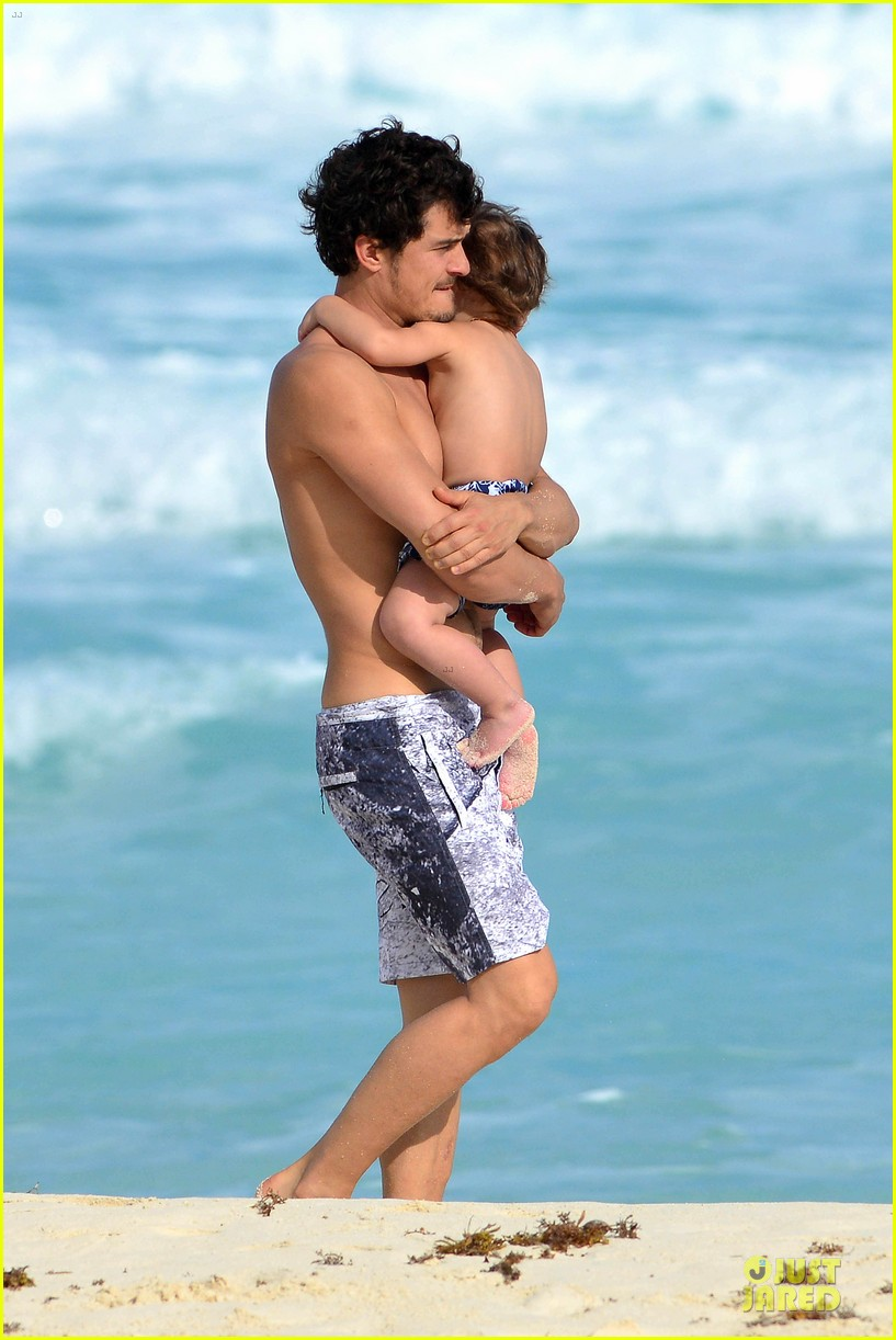orlando bloom beach waves with flynn 01