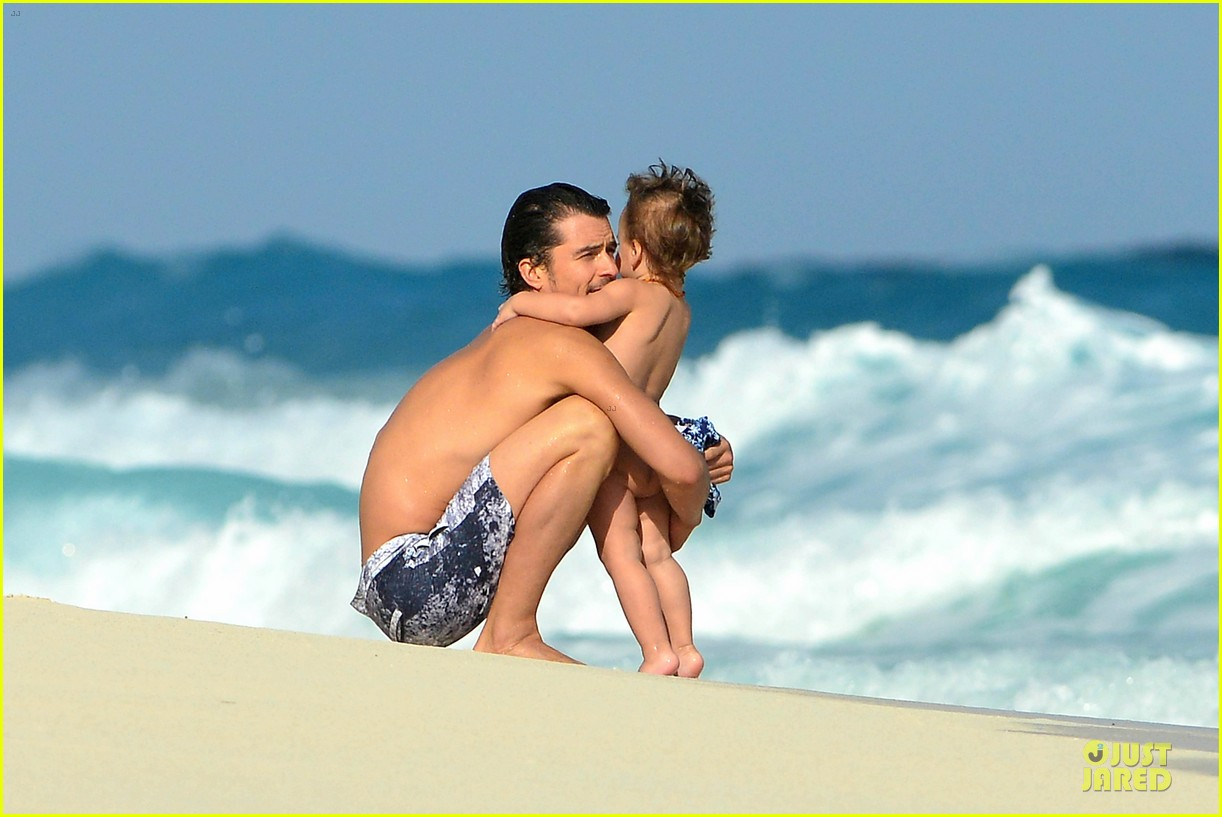 orlando bloom beach waves with flynn 07