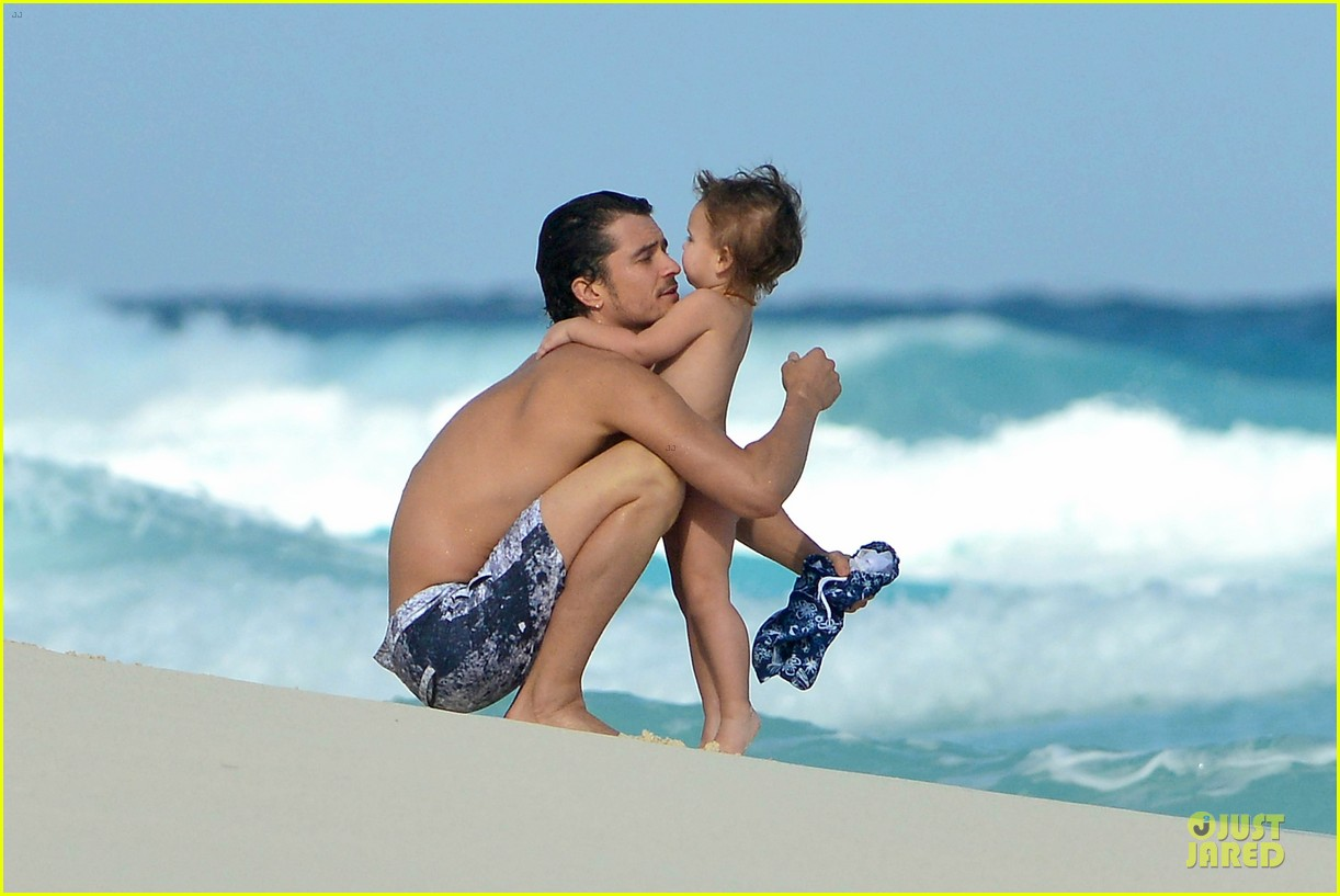 orlando bloom beach waves with flynn 25
