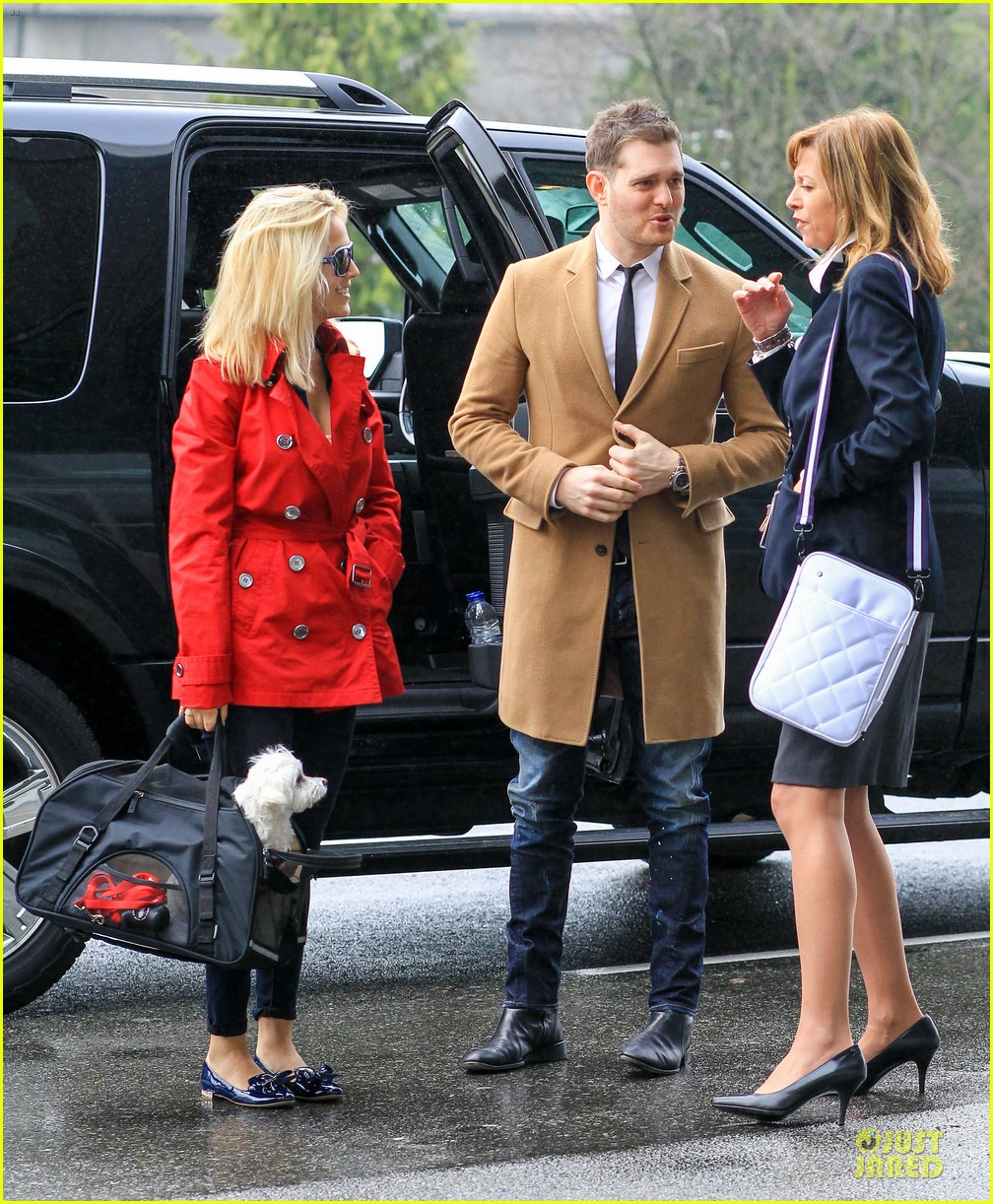 michael buble & luisana lopilato yvr airport departure with pet pooch simon 13