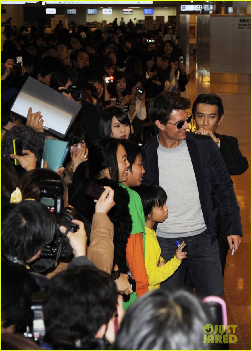 tom cruise warm welcome in tokyo 02