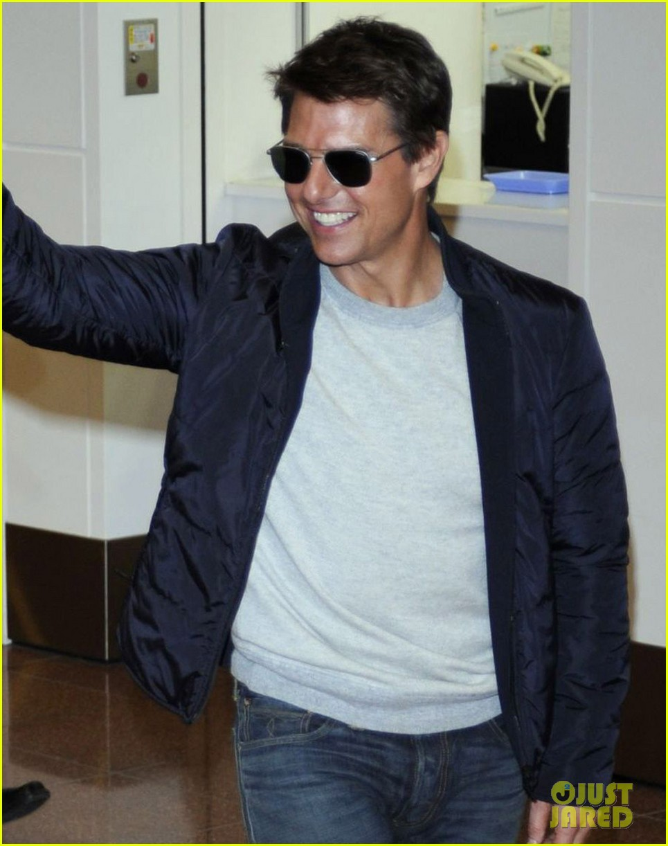 tom cruise warm welcome in tokyo 03
