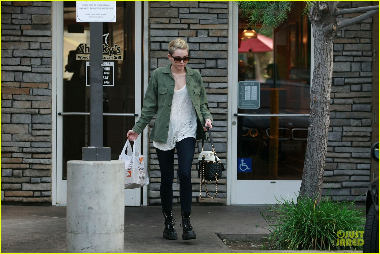 miley cyrus mexican food stop 06