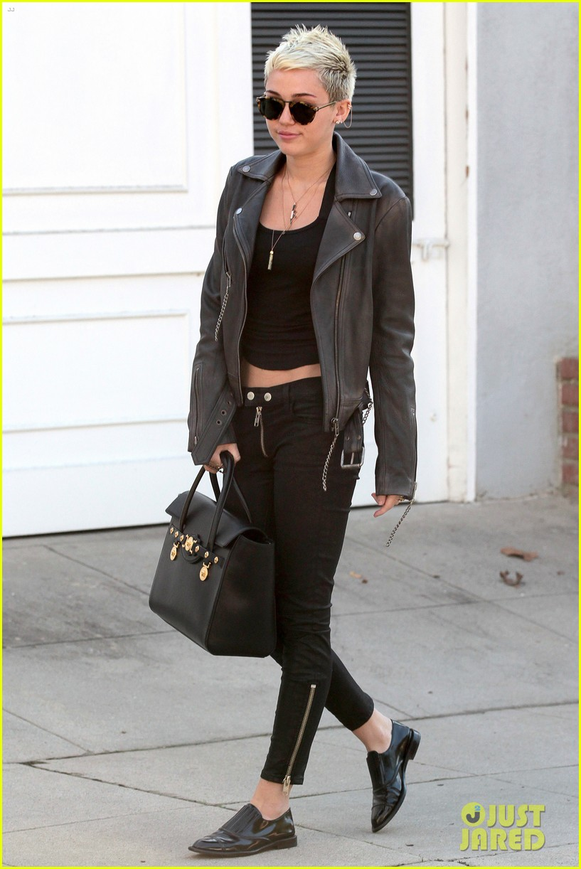 miley cyrus thumbs up for new record deal 03