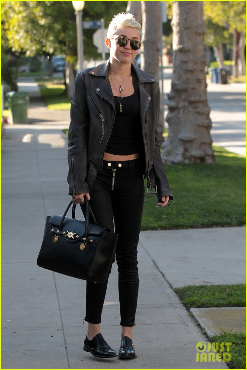 miley cyrus thumbs up for new record deal 05