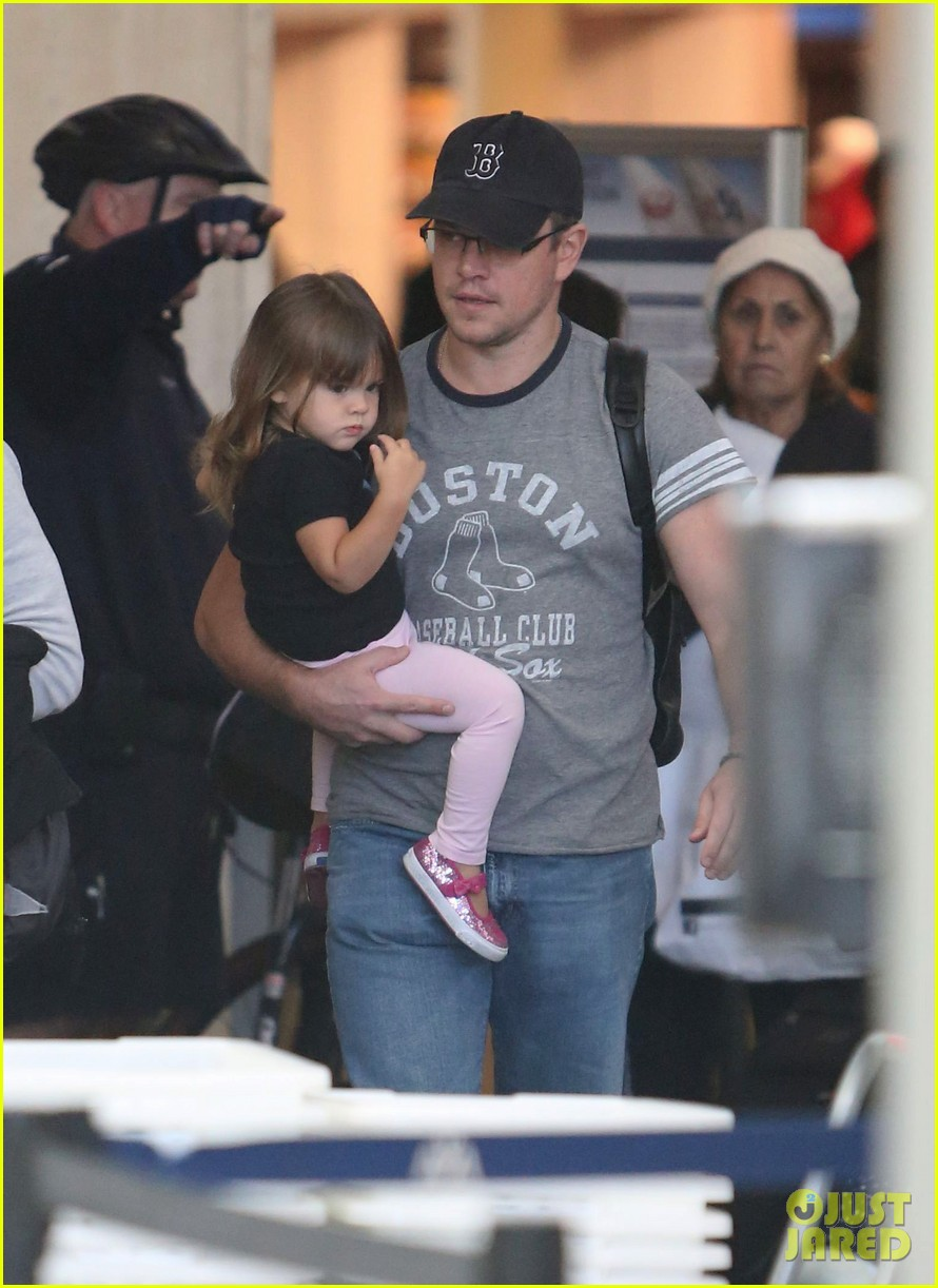 matt damon family lax arrival 02