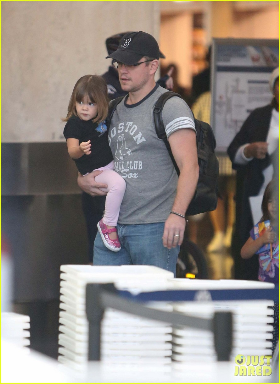 matt damon family lax arrival 16