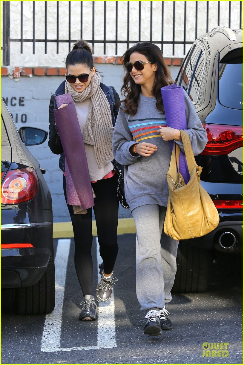 jenna dewan pre golden globes yoga with emmanuelle chriqui 202792571