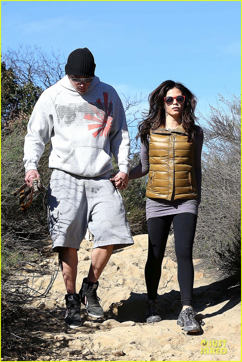 pregnant jenna dewan channing tatum hiking with the dogs 01