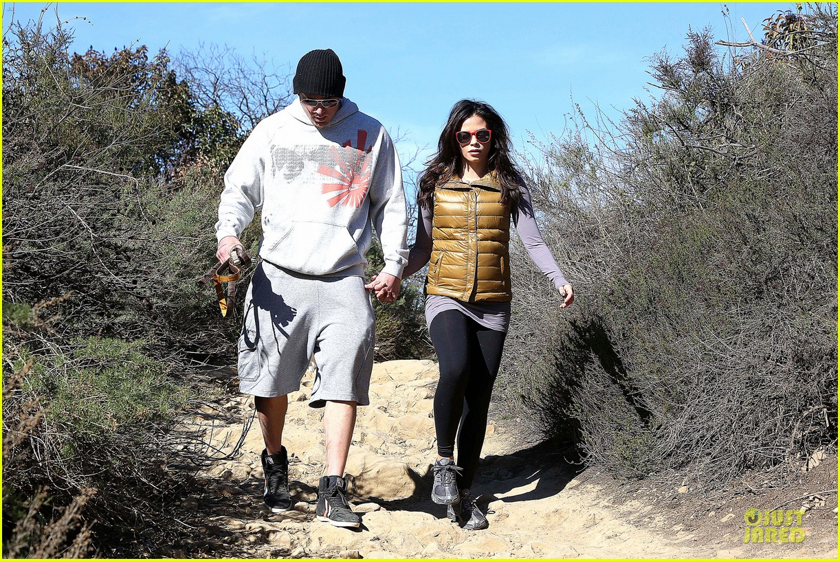 pregnant jenna dewan channing tatum hiking with the dogs 02