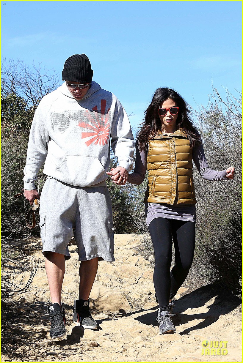 pregnant jenna dewan channing tatum hiking with the dogs 07