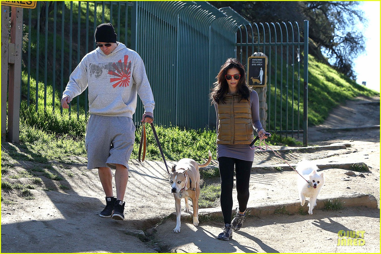 pregnant jenna dewan channing tatum hiking with the dogs 08