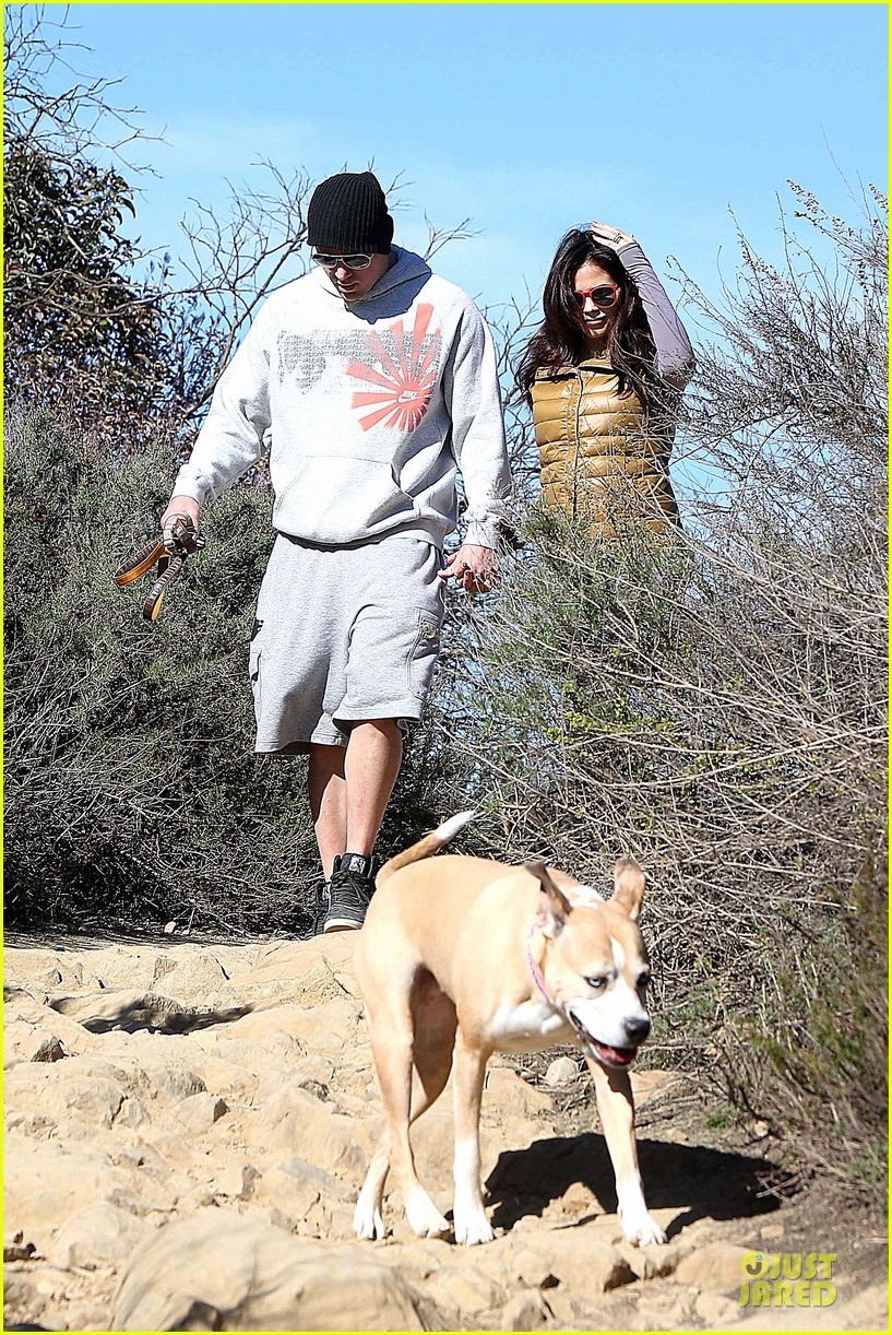 pregnant jenna dewan channing tatum hiking with the dogs 09