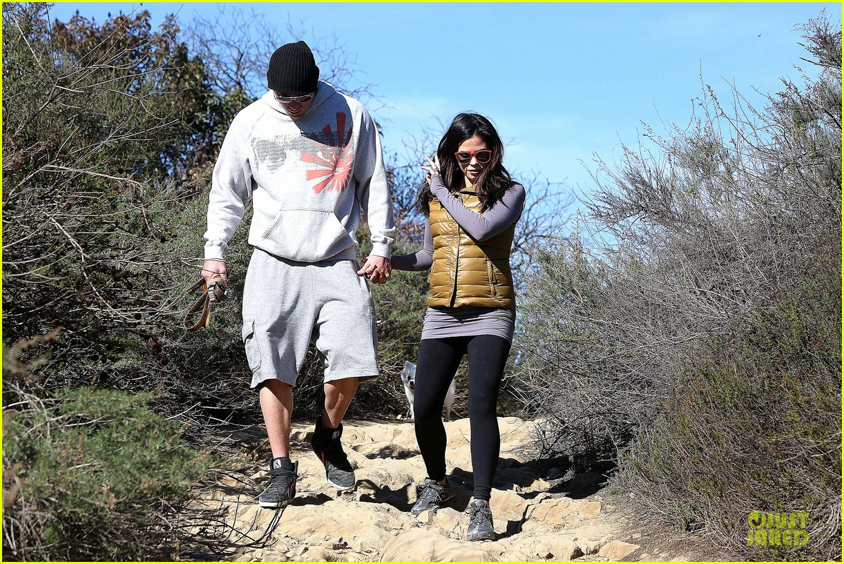 pregnant jenna dewan channing tatum hiking with the dogs 11