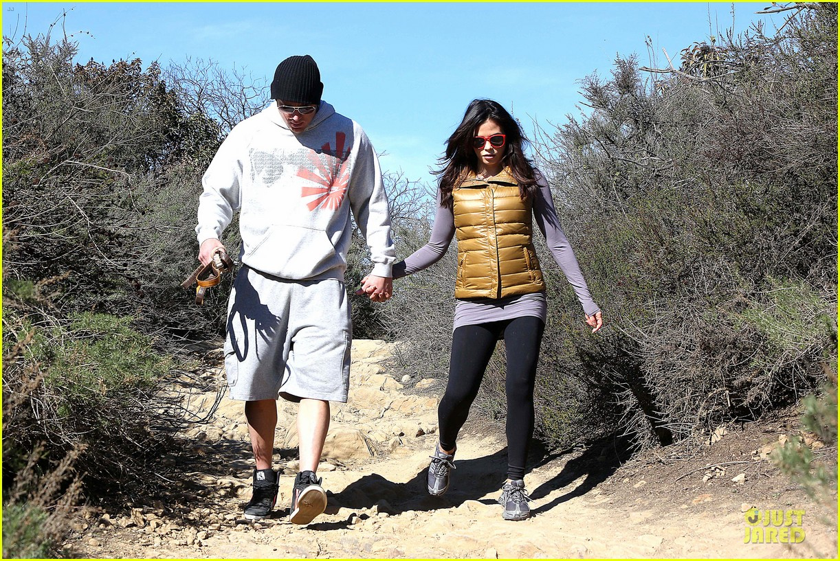 pregnant jenna dewan channing tatum hiking with the dogs 14