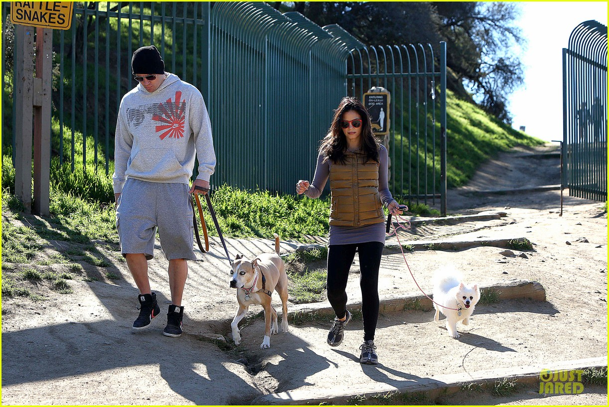 pregnant jenna dewan channing tatum hiking with the dogs 16
