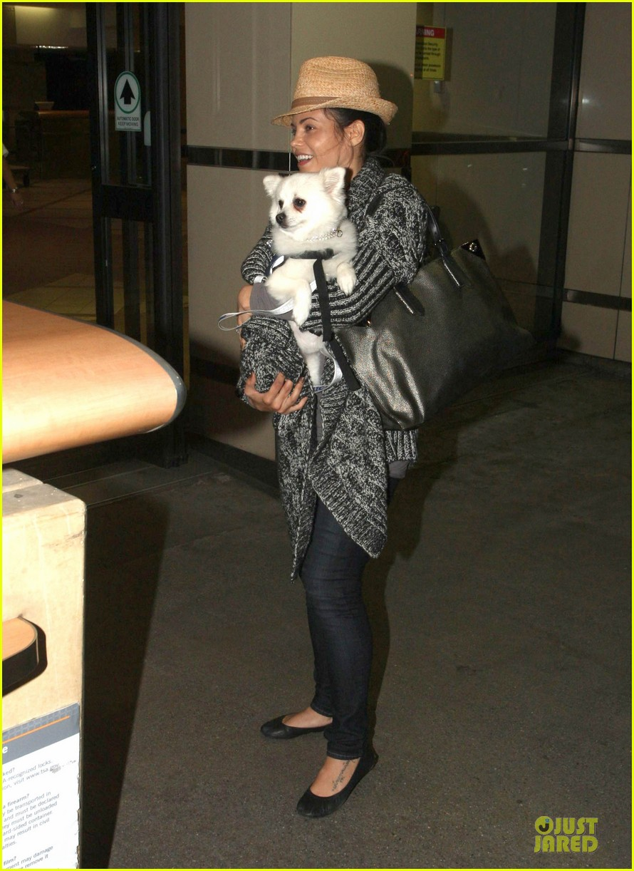 jenna dewan covers baby bump with pet pooch 05