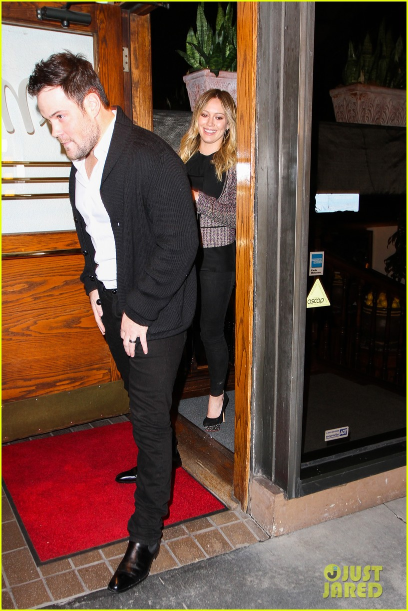 hilary duff mike comrie madeo dinner couple 01