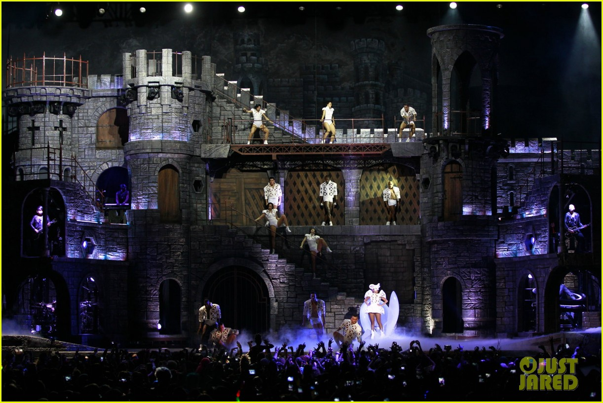 lady gaga kicks off north american tour in vancouver 03.