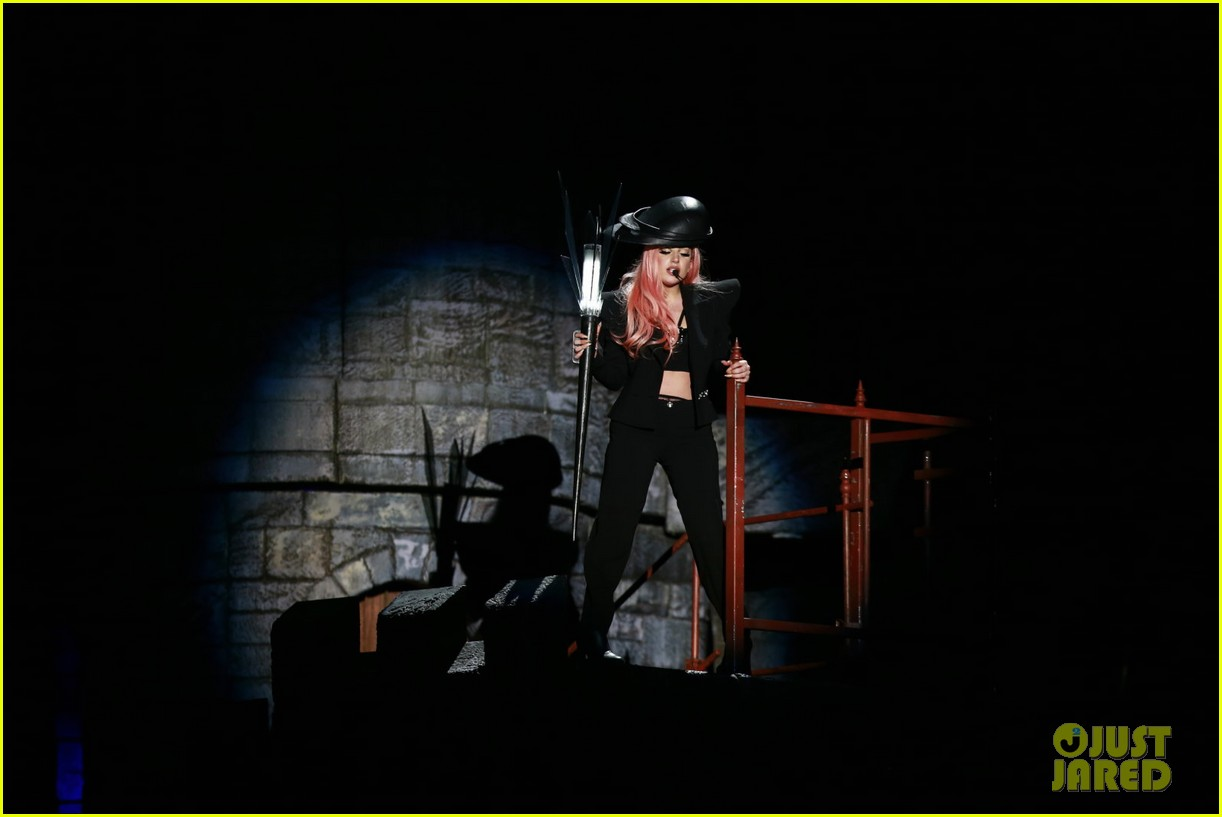 lady gaga kicks off north american tour in vancouver 04.