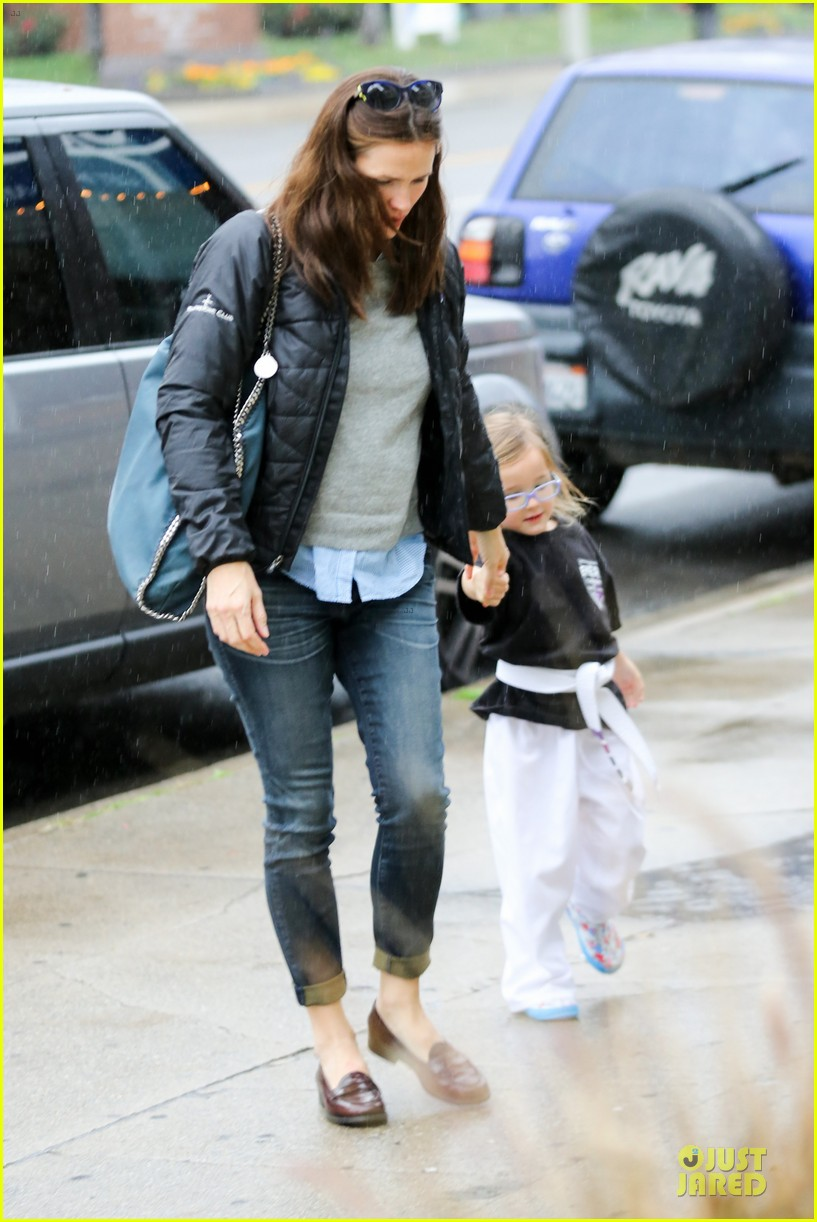 jennifer garner ben affleck rainy karate drop off 05