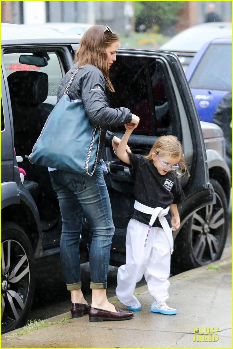 jennifer garner ben affleck rainy karate drop off 13