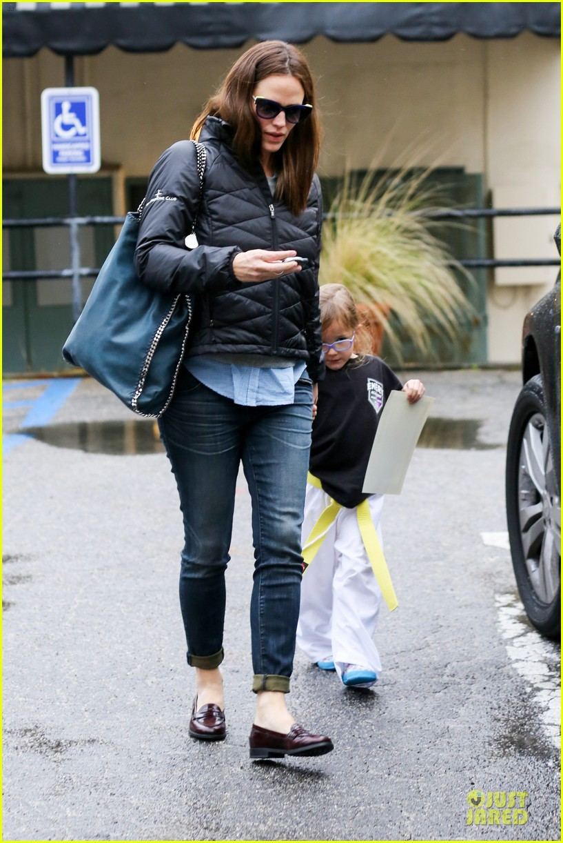 jennifer garner ben affleck rainy karate drop off 15