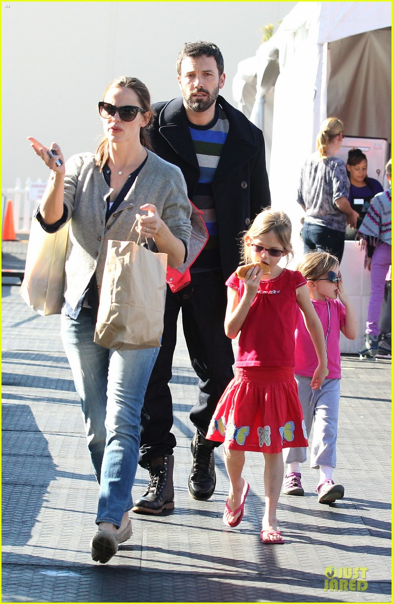 jennifer garner & ben affleck ice skating with the girls 01