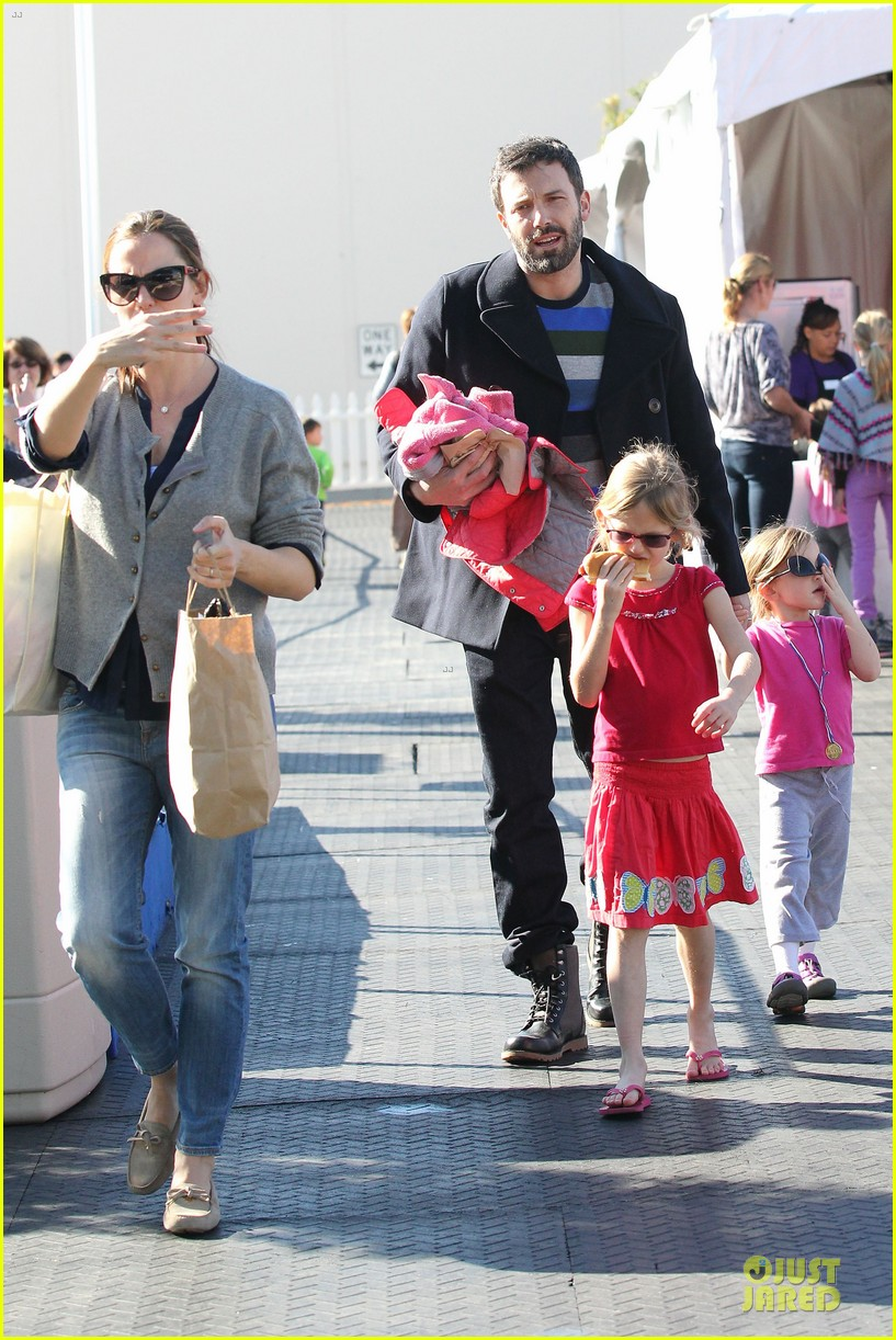 jennifer garner & ben affleck ice skating with the girls 34