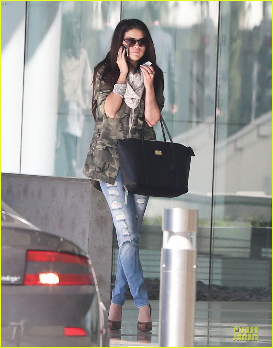 selena gomez office day with vanessa hudgens 15