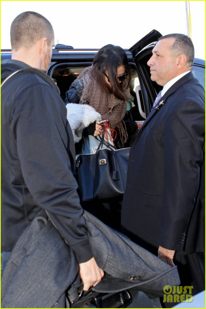 selena gomez lax to jfk 02