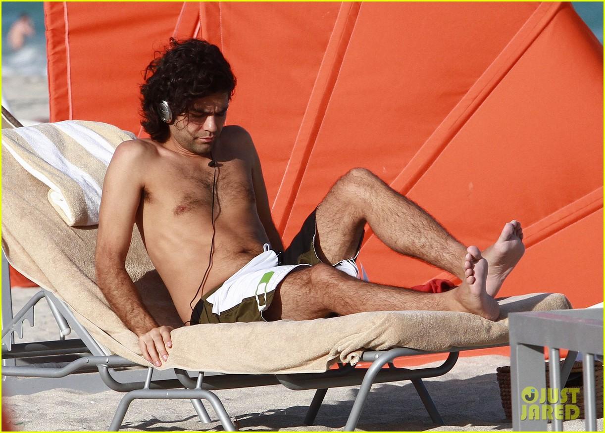 Adrian Grenier: Shirtless Beach Reading: Photo 2790615