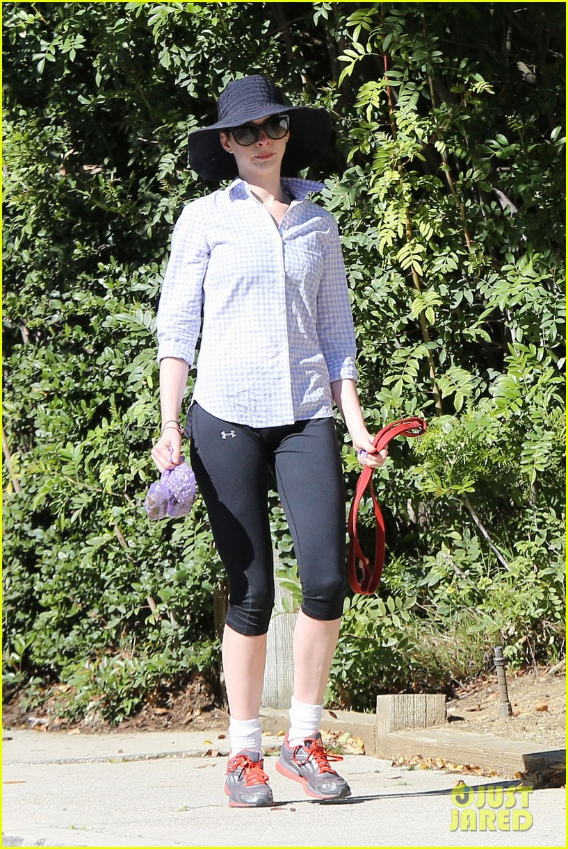 anne hathaway saturday stroll with esmeralda 01