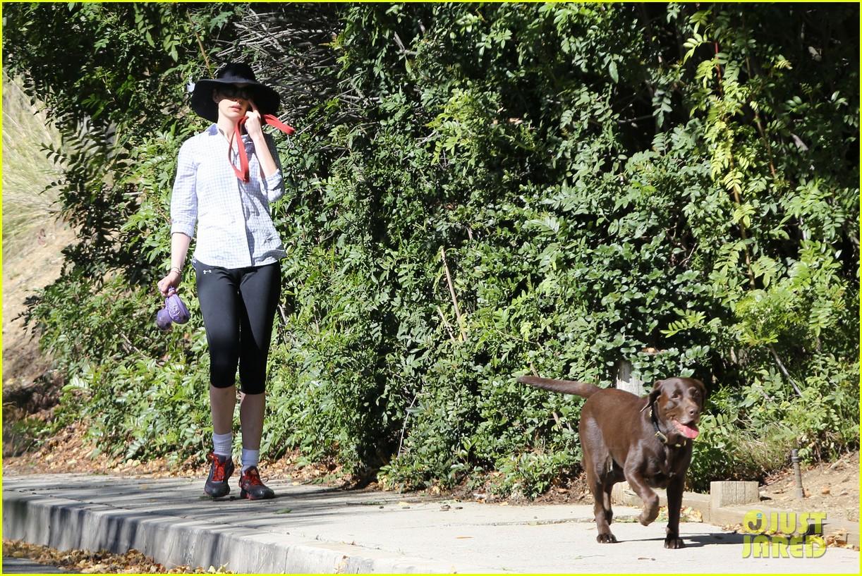 anne hathaway saturday stroll with esmeralda 10