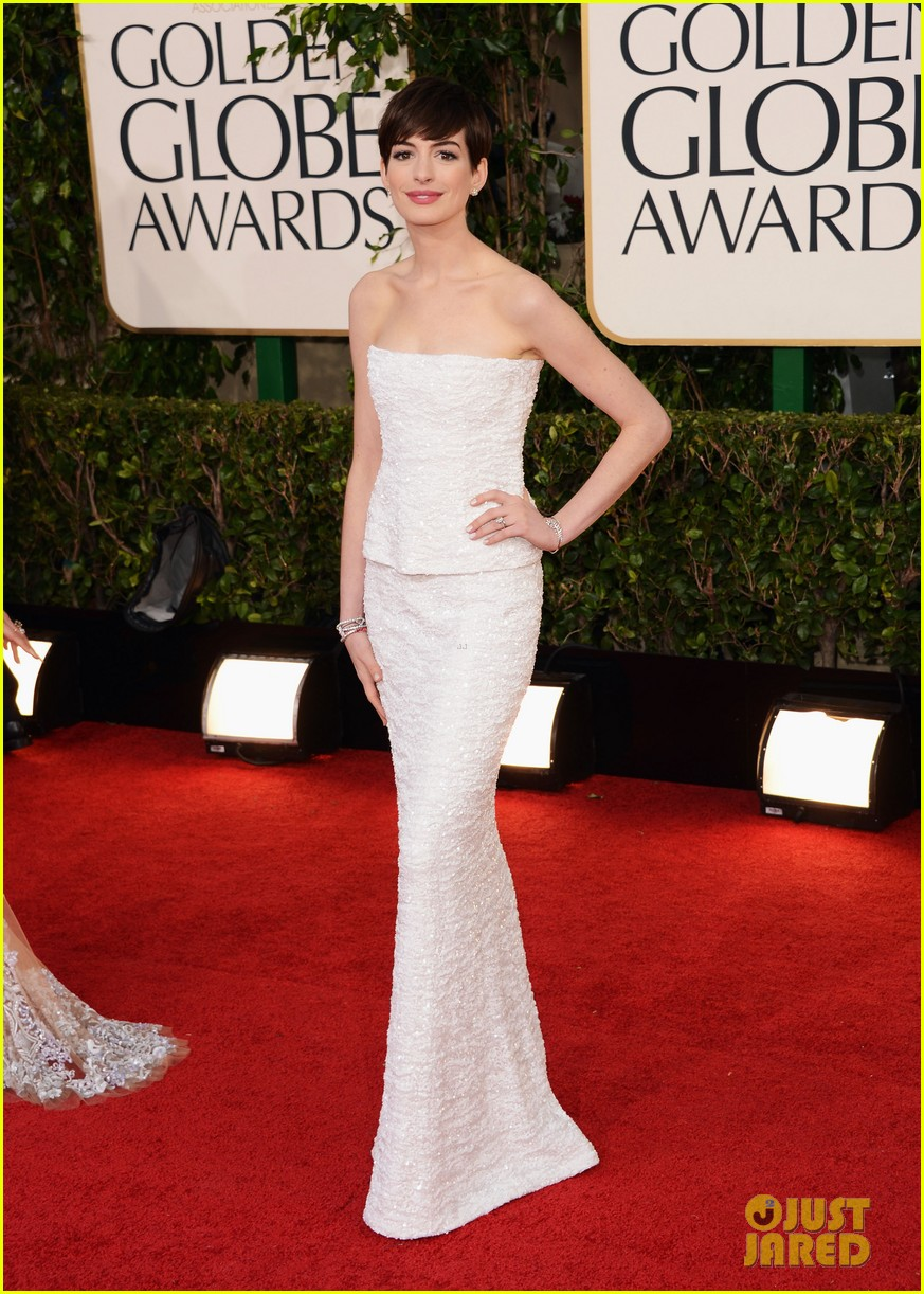 anne hathaway golden globes 2013 red carpet 05