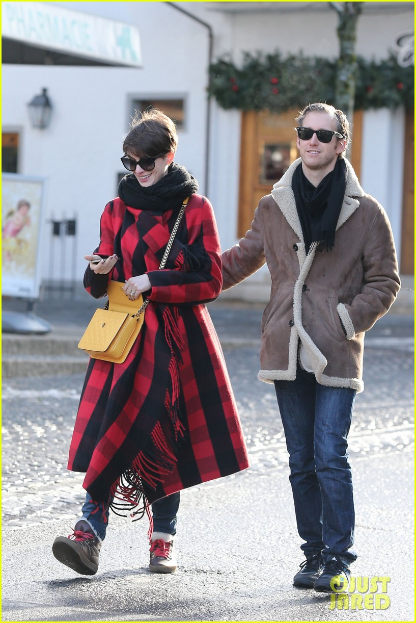 anne hathaway adam shulman switzerland kisses 032783913