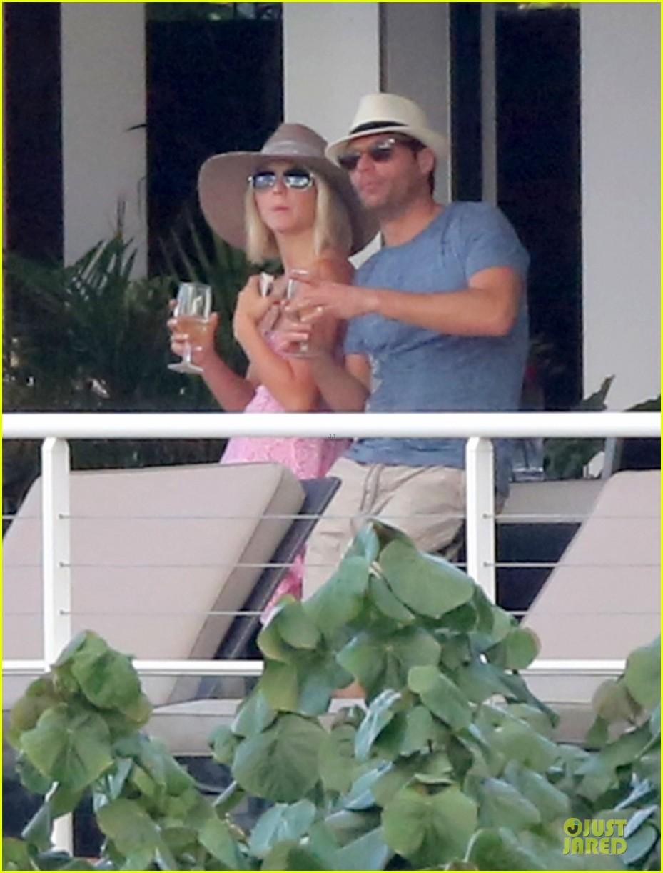 julianne hough & ryan seacrest beach deck kisses 19