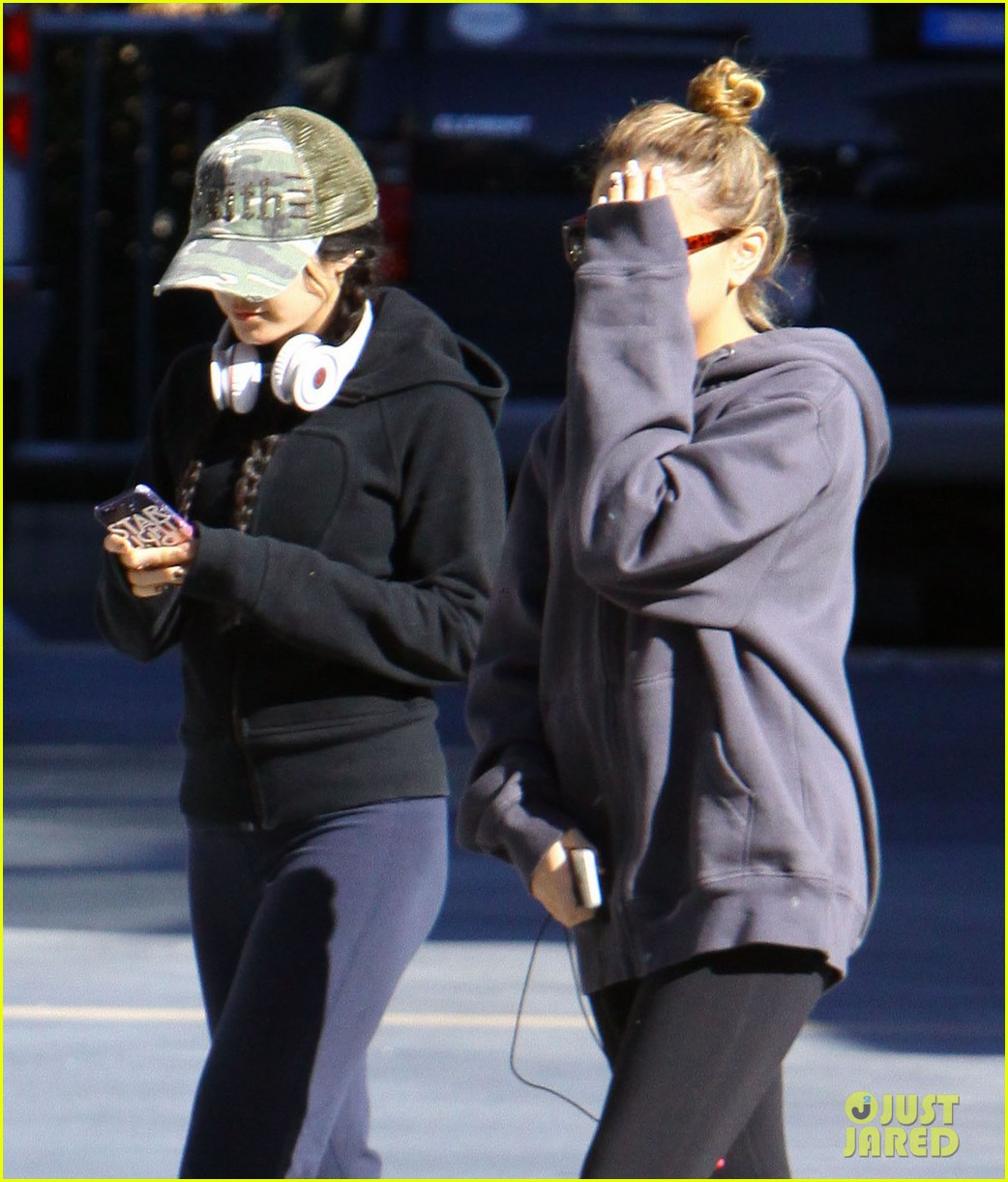 vanessa hudgens austin butler separate studio city outings 13