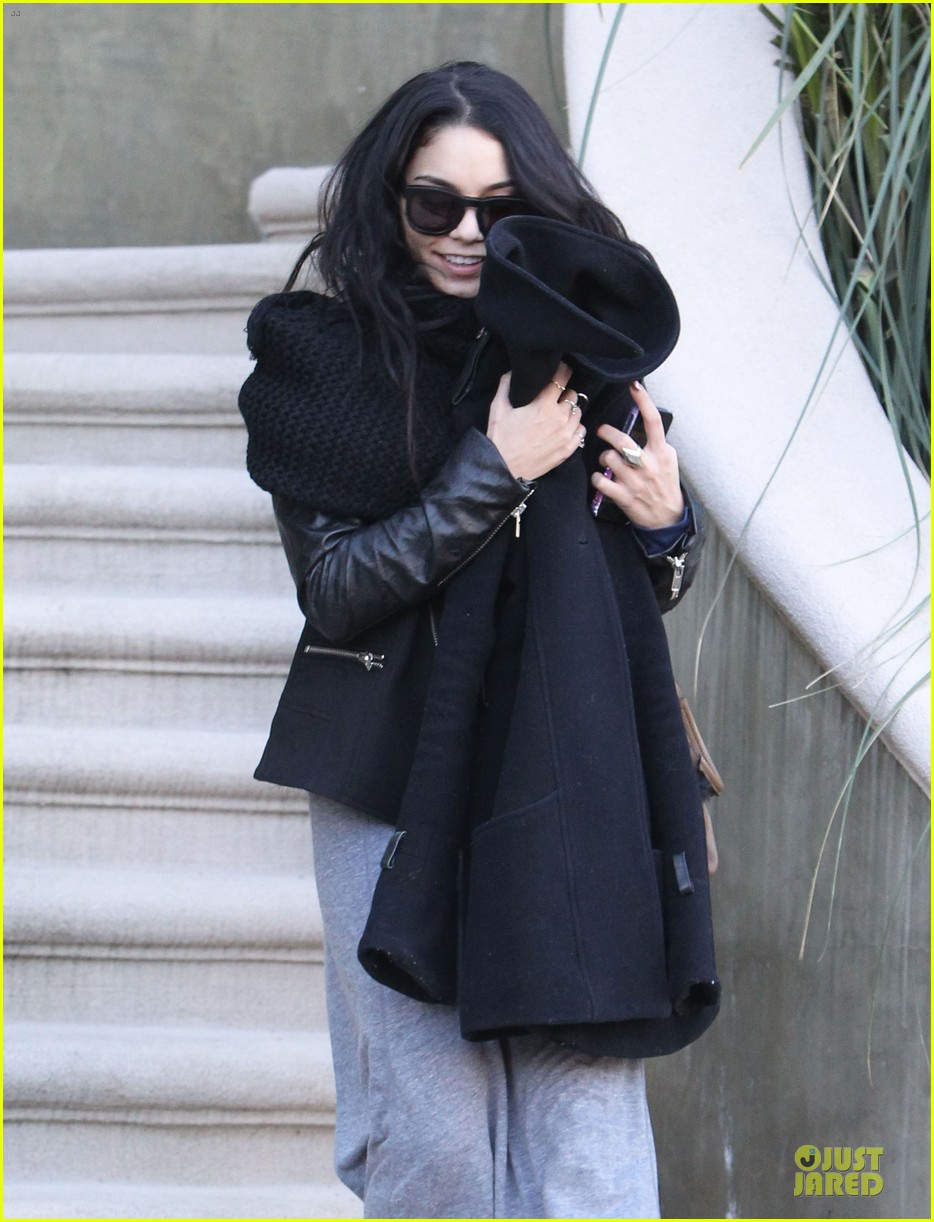 vanessa hudgens post golden globes lax departure 02