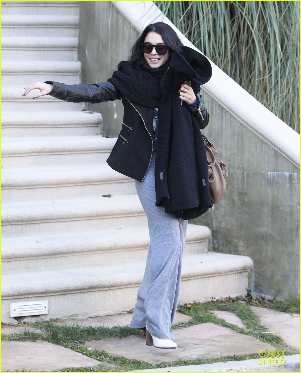vanessa hudgens post golden globes lax departure 05