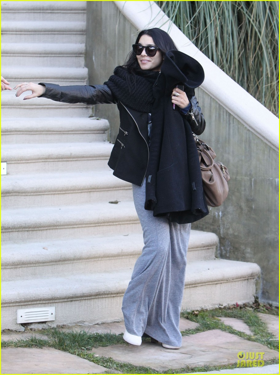 vanessa hudgens post golden globes lax departure 08