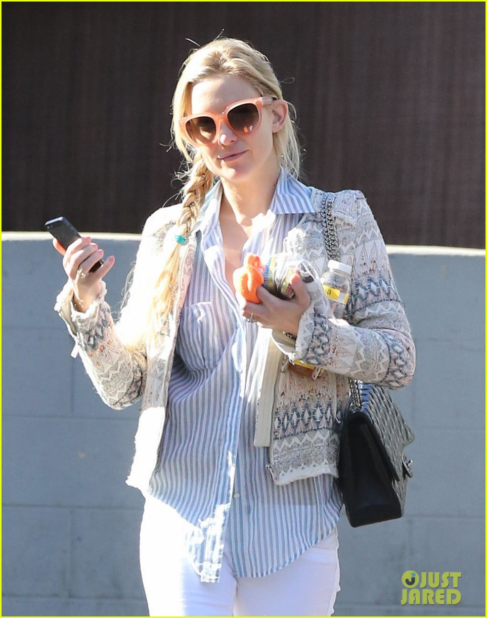 kate hudson nail salon stop 01