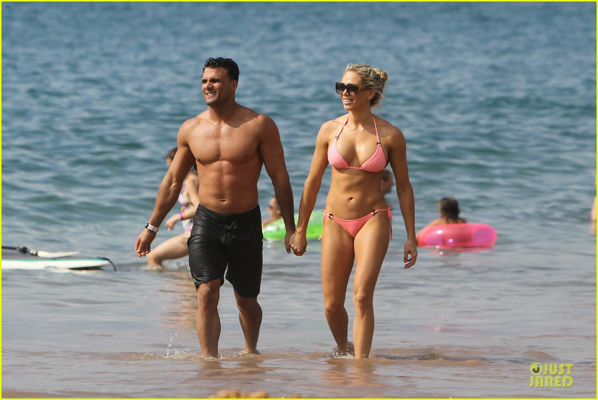 jeremy jackson shirtless with lonnie wilkinson in maui 01