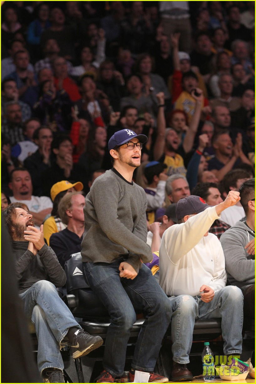 joseph gordon levitt lakers game with dad dennis 01