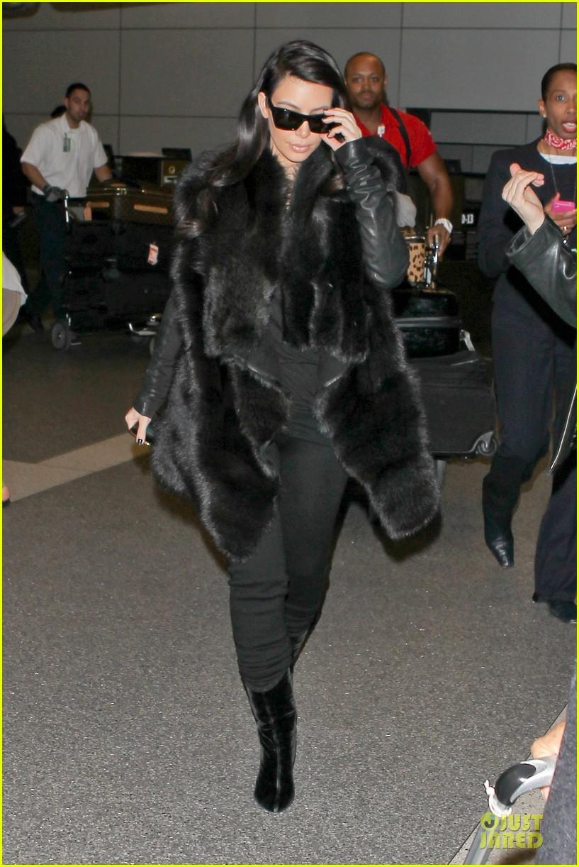 kim kardashian autograph signing at lax airport 03