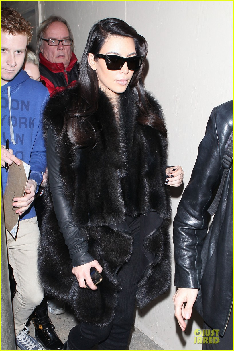 kim kardashian autograph signing at lax airport 12