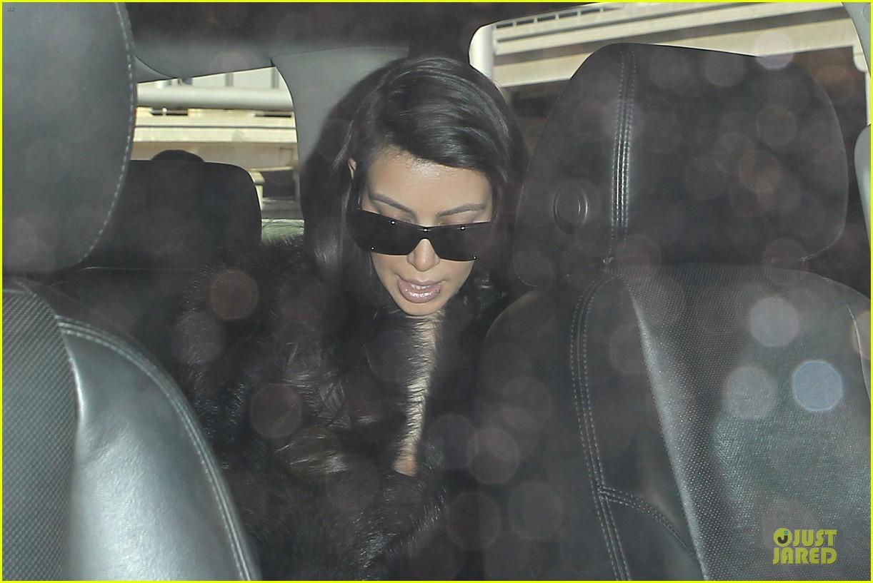 kim kardashian autograph signing at lax airport 14