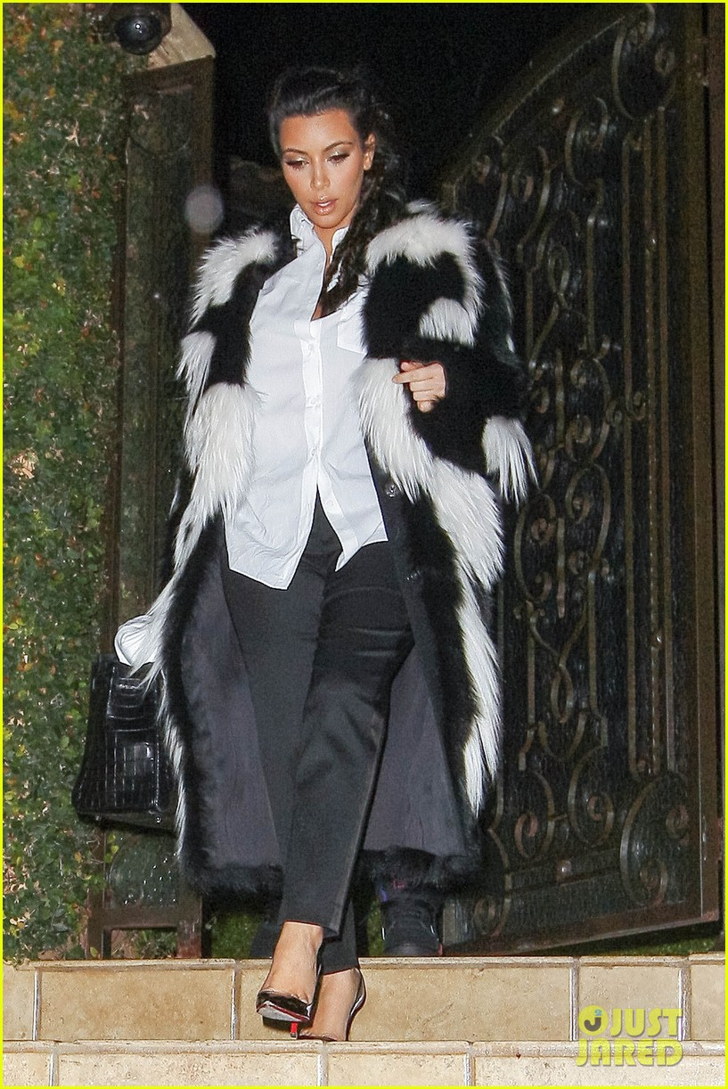 pregnant kim kardashian debuts baby bump en route to new years eve celebration 01