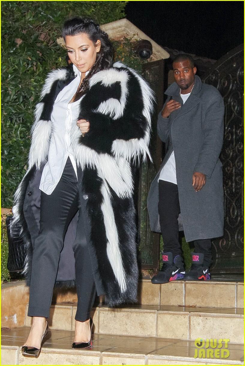 pregnant kim kardashian debuts baby bump en route to new years eve celebration 09