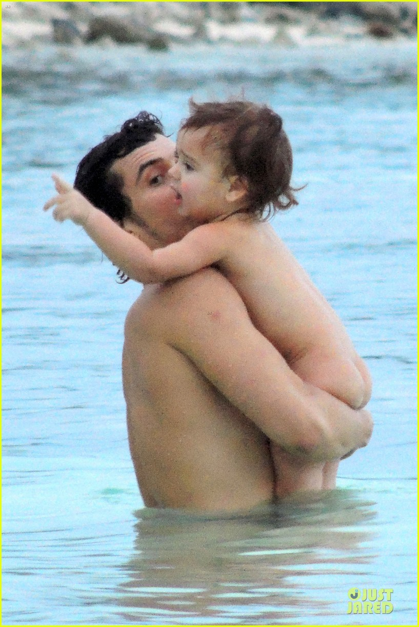 miranda kerr shirtless orlando bloom beach vacation with flynn 11
